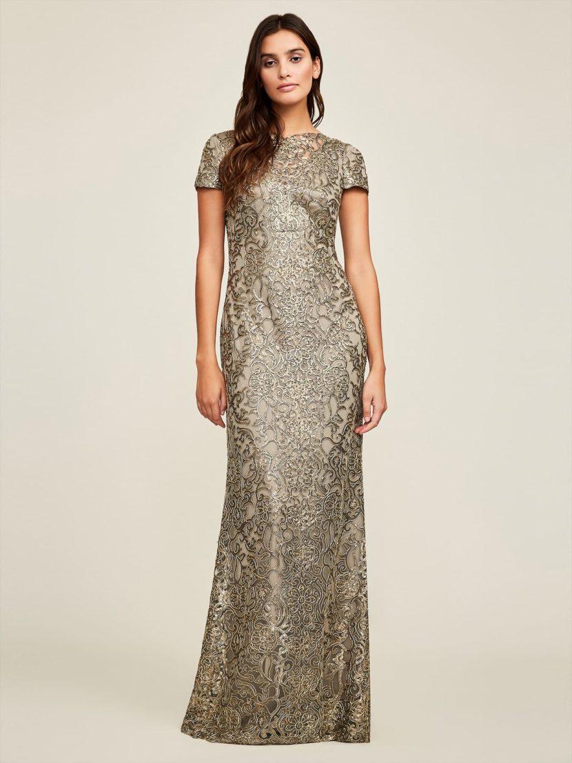Золотистое вечернее платье А-силуэта с коротким рукавом и женственным вырезом.