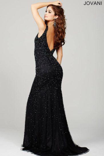 Прямое вечернее платье черного цвета с бисерной отделкой и изящным лифом.