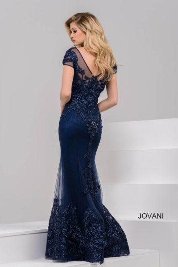 Темно-синее вечернее платье с роскошной вышивкой и небольшим шлейфом.