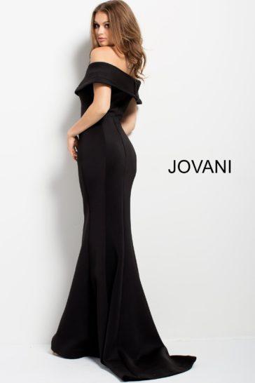 Черное вечернее платье с открытыми плечами и небольшим шлейфом сзади.