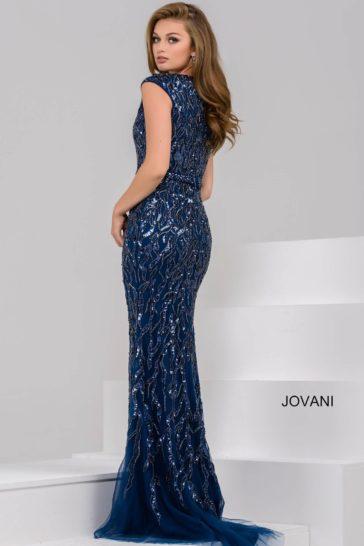 Темно-синее вечернее платье с сияющей вышивкой и небольшим декольте.