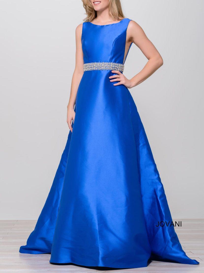 Голубое вечернее платье из глянцевой ткани, с закрытым лифом и широким поясом.
