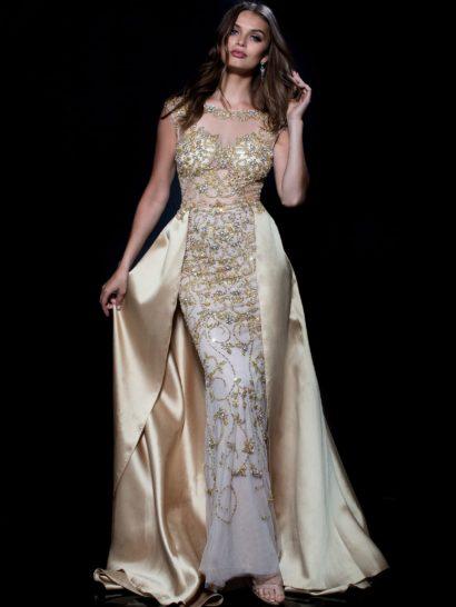 Потрясающее вечернее платье в золотистых тонах создает невероятное праздничное настроение.  Юбка из тюля, расшитая бисером и дополненная подкладкой, изящно обрисовывает силуэт.  Дополняет ее шелковая верхняя юбка с роскошным шлейфом.  Верх дополнен прозрачной вставкой, создающей рукава-крылышки и вырез «лодочкой».