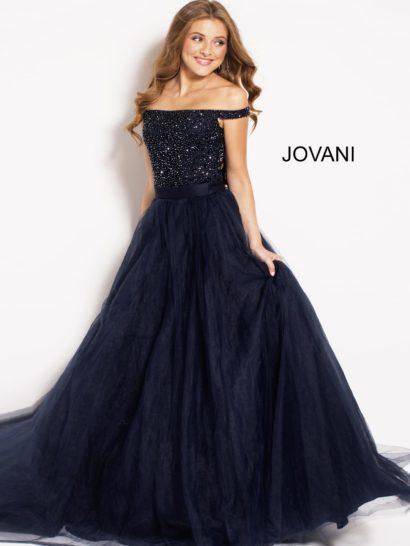 Темно-синее вечернее платье прямого кроя с открытым верхом и сверкающим декором.