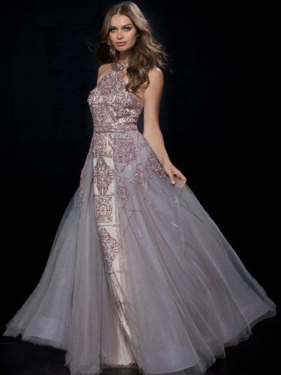 Сногсшибательное вечернее платье серебристо-лилового цвета обрисовывает силуэт прямым кроем. Дополнить юбку в пол помогает многослойный верх из тонкого шифона. Верх с американской проймой красиво очерчивает шею, спинка открыта глубоким вырезом. Отделкой платья служит торжественная бисерная вышивка.