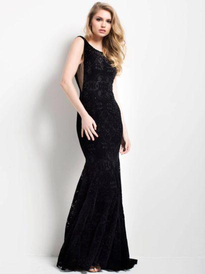 Облегающее вечернее платье черного цвета соблазнительно подчеркивает фигуру. Деликатный округлый вырез дополнен узкими бретелями и эффектными разрезами по бокам корсета. Спинка открыта округлым декольте. Ниже вечернее платье украшено коротким шлейфом.