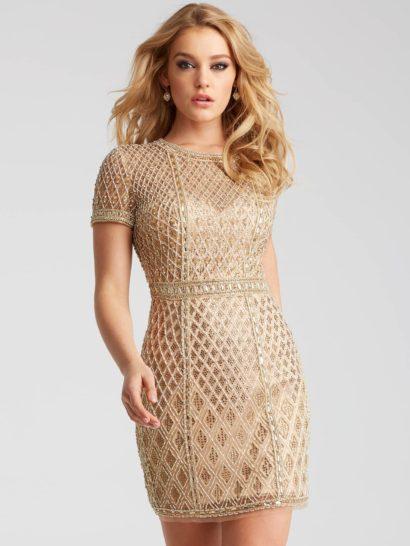 Фактурное вечернее платье создано из изысканной золотистой ткани. Облегающий силуэт и юбка длиной до середины бедра наполняют образ утонченной соблазнительностью. Ее уравновешивают короткие рукава прямого кроя и закрытый лиф. На талии – деликатный узкий пояс.