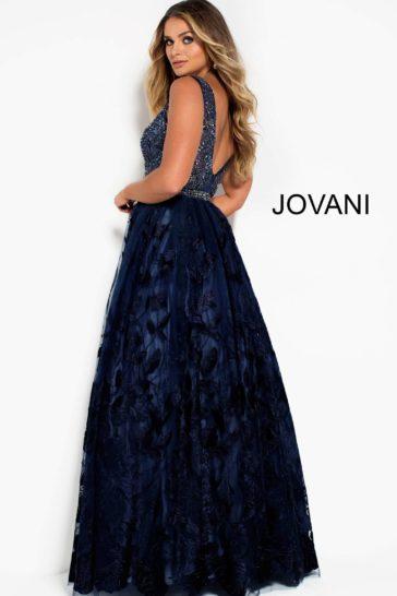 Вечернее платье темно-синего цвета с глубоким вырезом и юбкой А-силуэта.