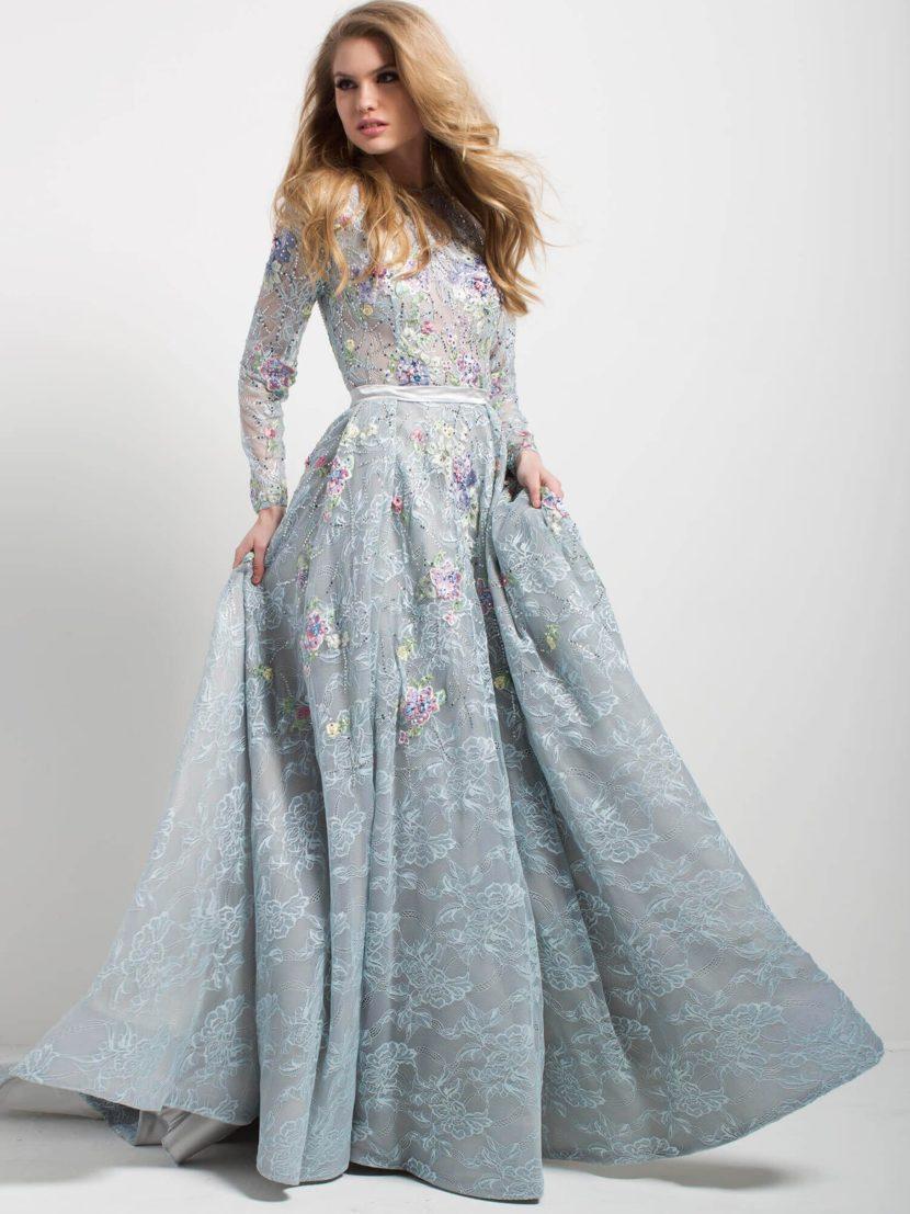 Голубое вечернее платье с длинным рукавом, узким поясом и юбкой А-силуэта.