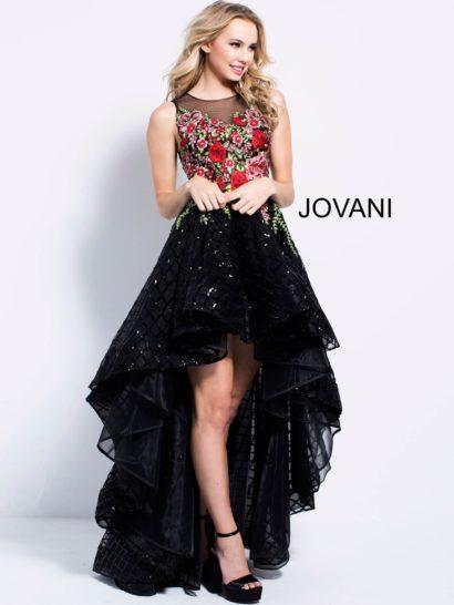 Стильное вечернее платье черного цвета впечатляет объемной юбкой, декорированной пайетками. Спереди ее подол укорочен, а сзади переходит в шлейф. Верх без рукавов декорирован цветочной вышивкой и дополнен прозрачной вставкой. Тонкая ткань дополняет и спинку вечернего платья.