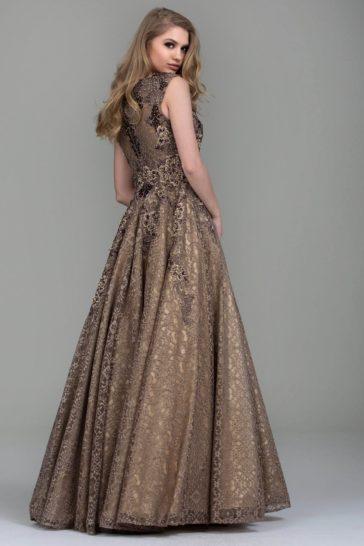 Золотистое вечернее платье с глубоким вырезом и многослойной юбкой.