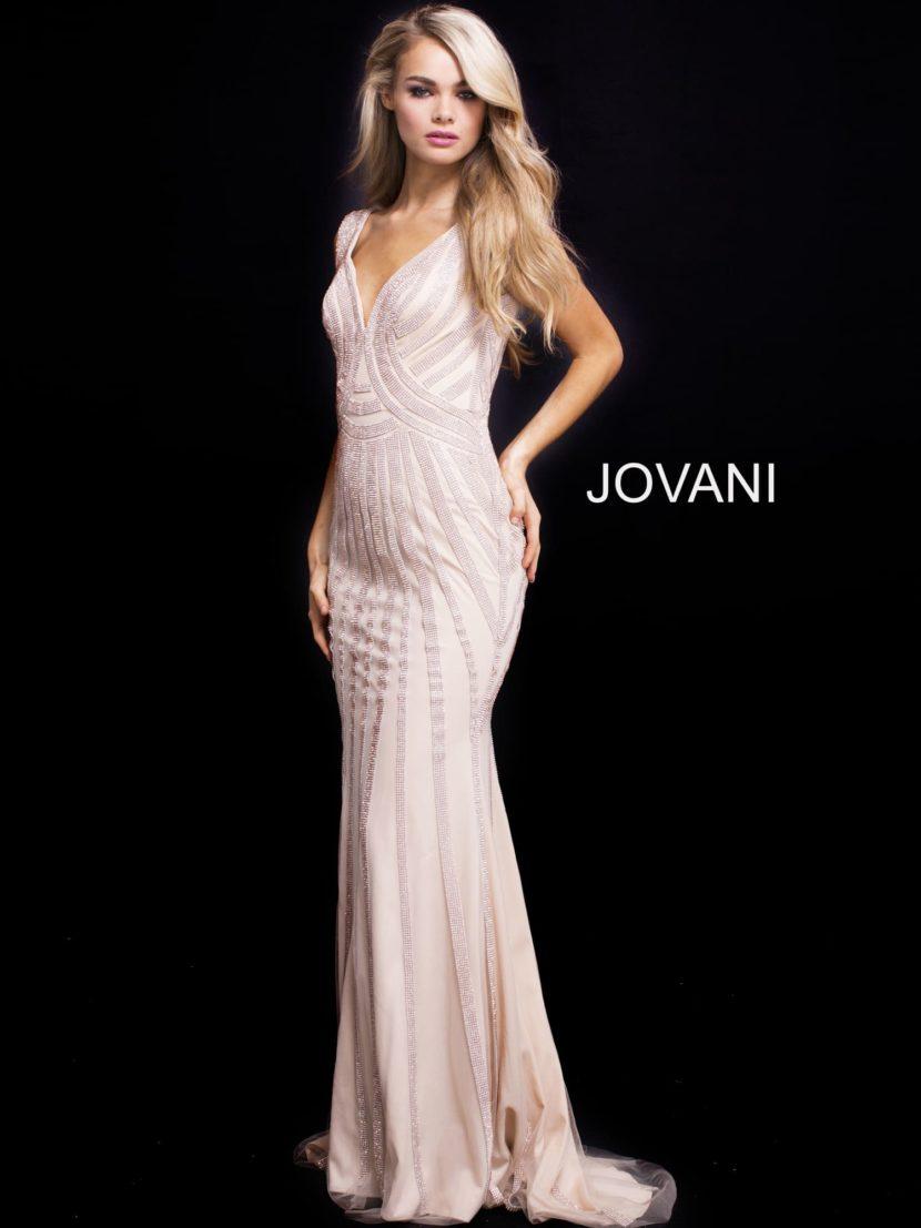 Розовое вечернее платье прямого кроя с V-образным вырезом и шлейфом.