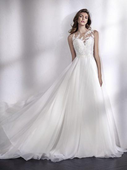 Элегантность богемного стиля послужила вдохновением для этого фантастического свадебного платья, струящегося по фигуре. Оно дополнено вставками с иллюзией прозрачности на декольте и спинке. Изысканный крой позволяет объединить динамичность ткани с соблазнительностью тонких вставок. Шифон, органза, расшитый тюль, кружево и бисерная отделка служат основой образа. Тонкий верх наполняет образ чувственностью.