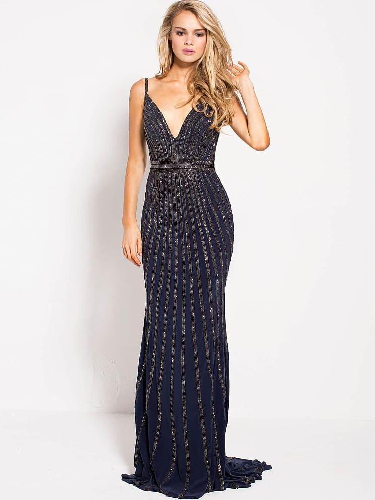 Темно-синее вечернее платье с юбкой в пол, украшенное бисером.