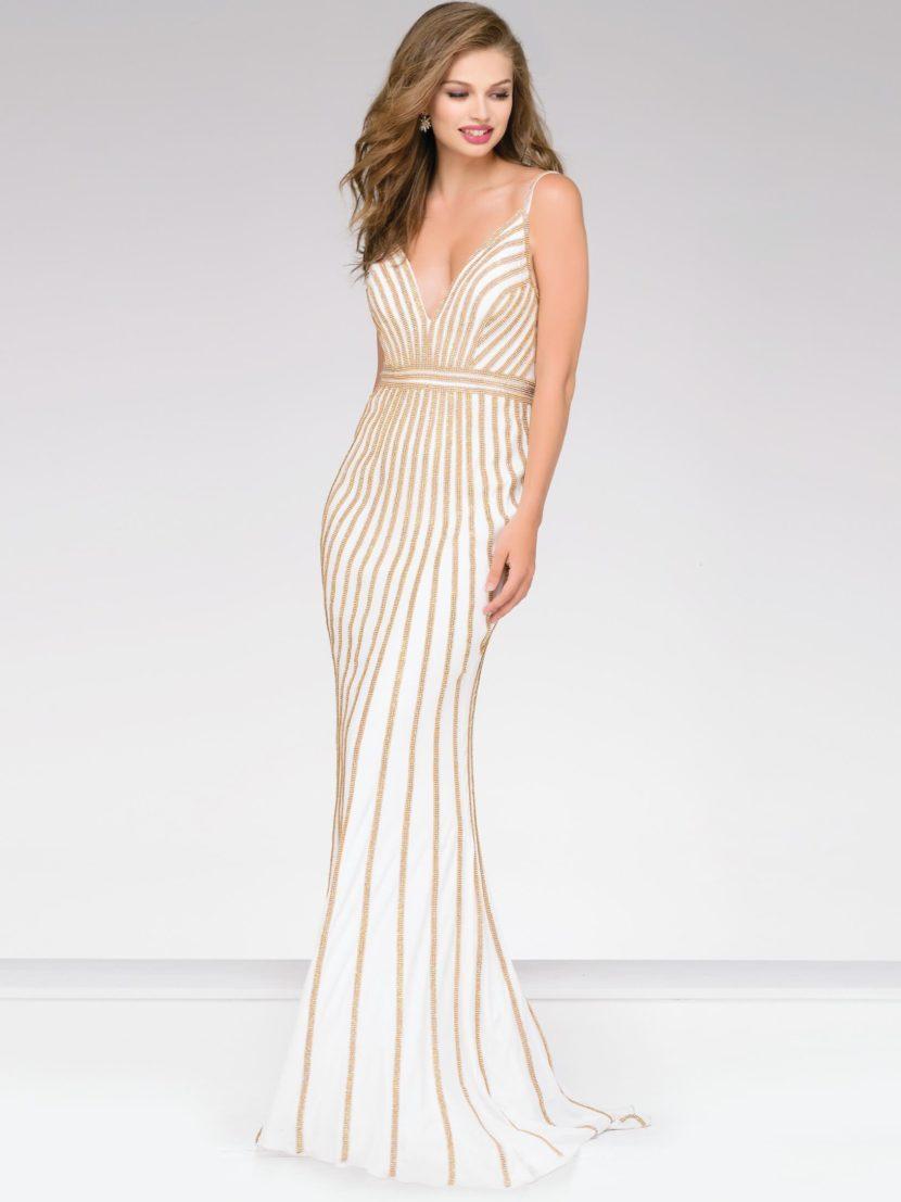 Белое вечернее платье облегающего кроя с золотистой отделкой.