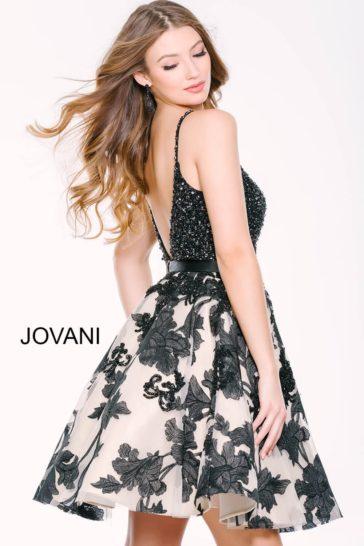 Вечернее платье с пышной розовой юбкой и сияющим бисерным декором лифа.