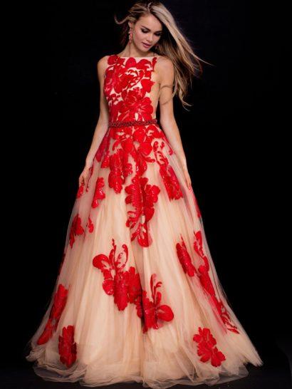 Неповторимое вечернее платье с объемной юбкой «принцесса» длиной в пол.  Женственная комбинация бежевого и алого оттенков придают образу яркий характер.  Закрытый лиф из плотной ткани декорирован выразительными аппликациями, как и многослойная юбка.  Талию очерчивает узкий пояс с бисерной отделкой.
