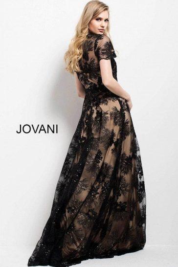 Черное вечернее платье на бежевой подкладке, с коротким тонким рукавом.