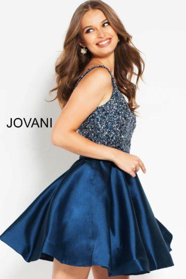 Темно-синее вечернее платье со сверкающим лифом и короткой юбкой.