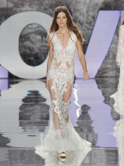 Мечтаете о соблазнительном свадебном платье? Эта модель с силуэтом «русалка» и V-образным вырезом декольте декорирована эксклюзивным кружевом, вдохновленным геометричными узорами девятнадцатого века. Степень прозрачности эффектного свадебного платья невеста может выбрать самостоятельно.