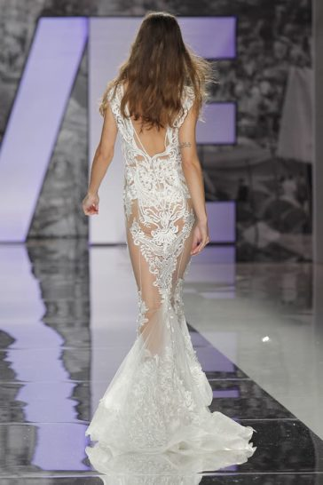 Прямое свадебное платье с эффектом прозрачности и чарующим кружевом.