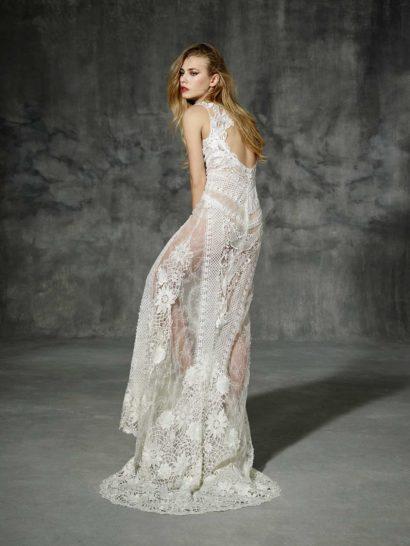 Прямое свадебное платье в богемном стиле из ткани оттенка слоновой кости.