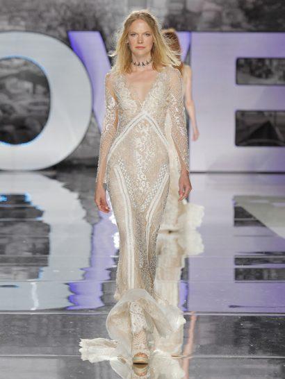 Мечтаете о свадебном платье с деликатным оттенком? Пудровый тон будет прекрасным решением! Кроме того, это свадебное платье декорировано великолепными стразами. Длинные рукава и силуэт «русалка» напоминают о стилистике семидесятых. В таком свадебном платье вы будете блистать!