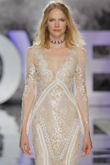 Свадебное платье «русалка» с нежным пудровым оттенком ткани.