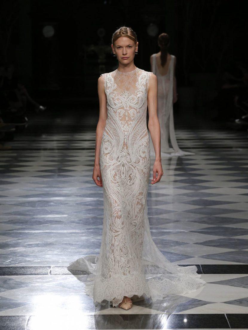 Свадебное платье прямого кроя с тонкой кружевной отделкой и бежевой подкладкой.