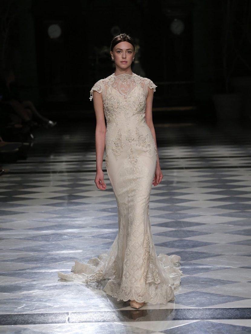 Свадебное платье силуэта «русалка» с изящным верхом и отделкой стразами.