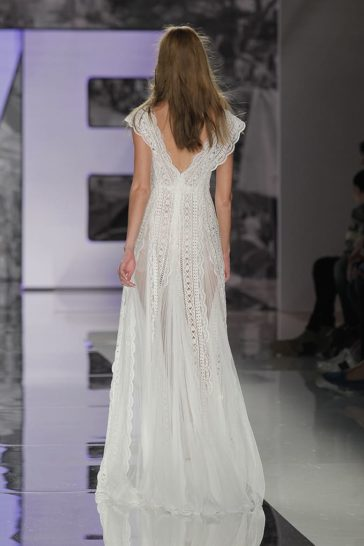 Оригинальное свадебное платье с геометрической кружевной отделкой.