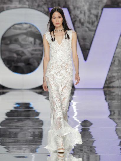 Богемное свадебное платье по всей длине декорировано потрясающей тонкой вышивкой из тысяч и тысяч стежков. Цветочные мотивы и элегантные детали, созданные стразами, делают это свадебное платье великолепным выбором для каждой ценительницы стиля бохо.