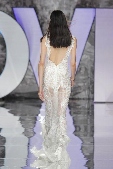 Прямое свадебное платье в богемном стиле, с эффектным вырезом сзади.