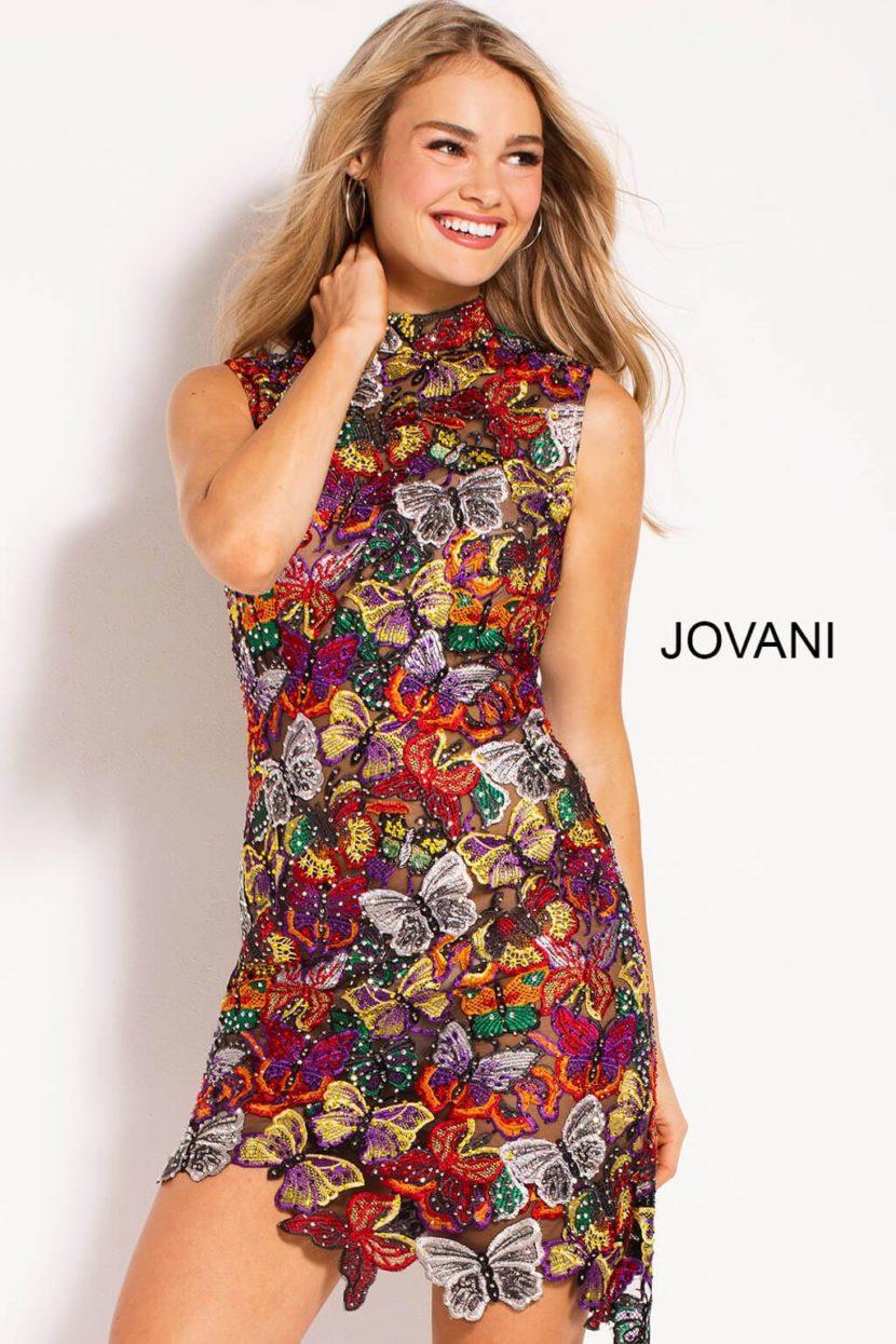 Разноцветное вечернее платье с высоким воротником и асимметричной юбкой.
