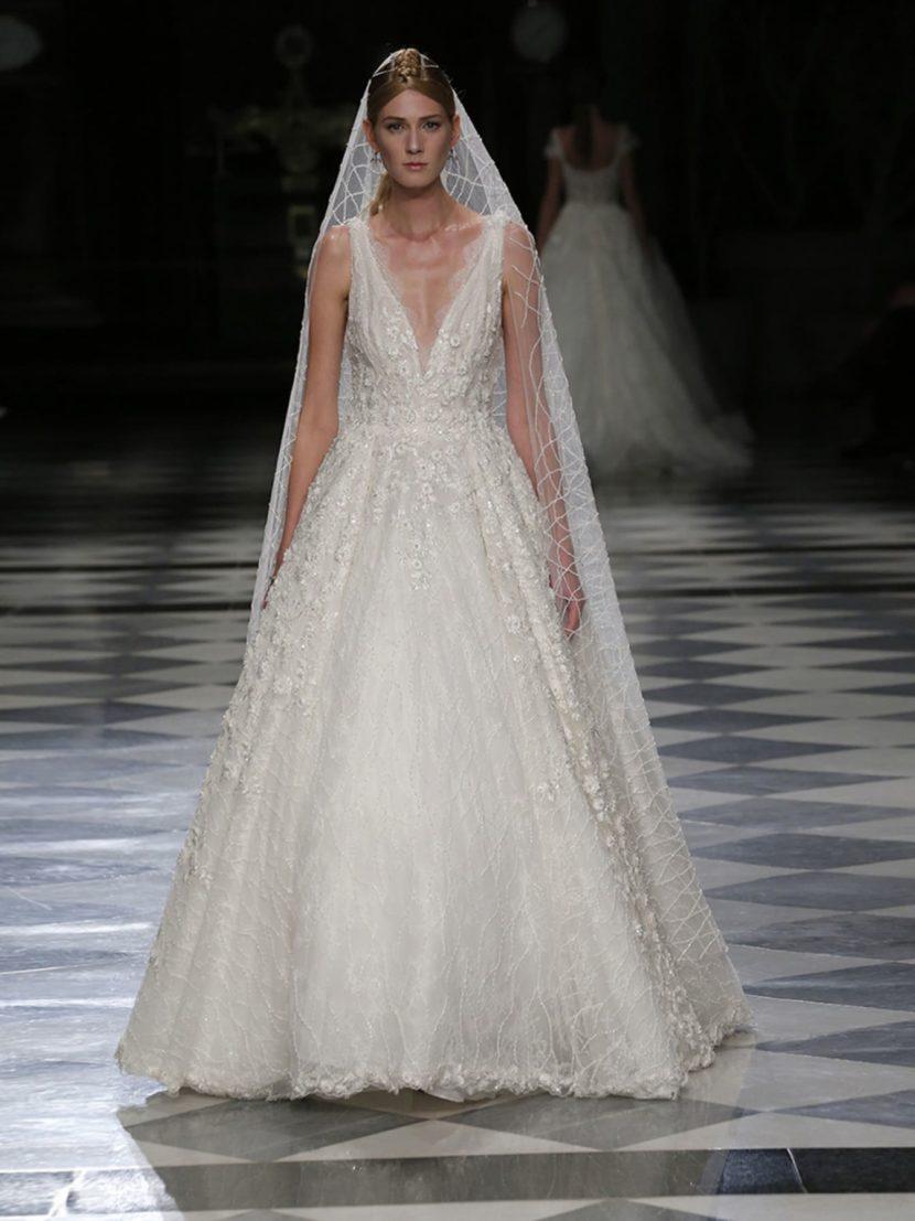 Нежное свадебное платье бального силуэта с V-образным вырезом.