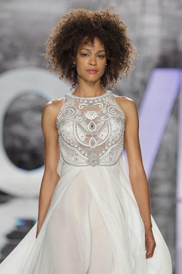 Прямое свадебное платье с вышивкой по лифу и юбкой из шифона.