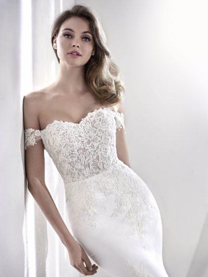 Облегающее свадебное платье со съемными бретелями и открытой спинкой.