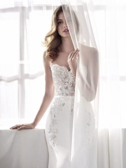 Свадебное платье «русалка» с отделкой кружевом и юбкой из крепа.
