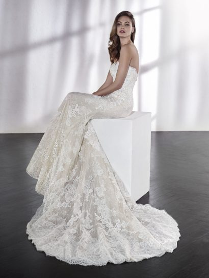 Кружевное свадебное платье «русалка» с роскошным съемным кейпом.