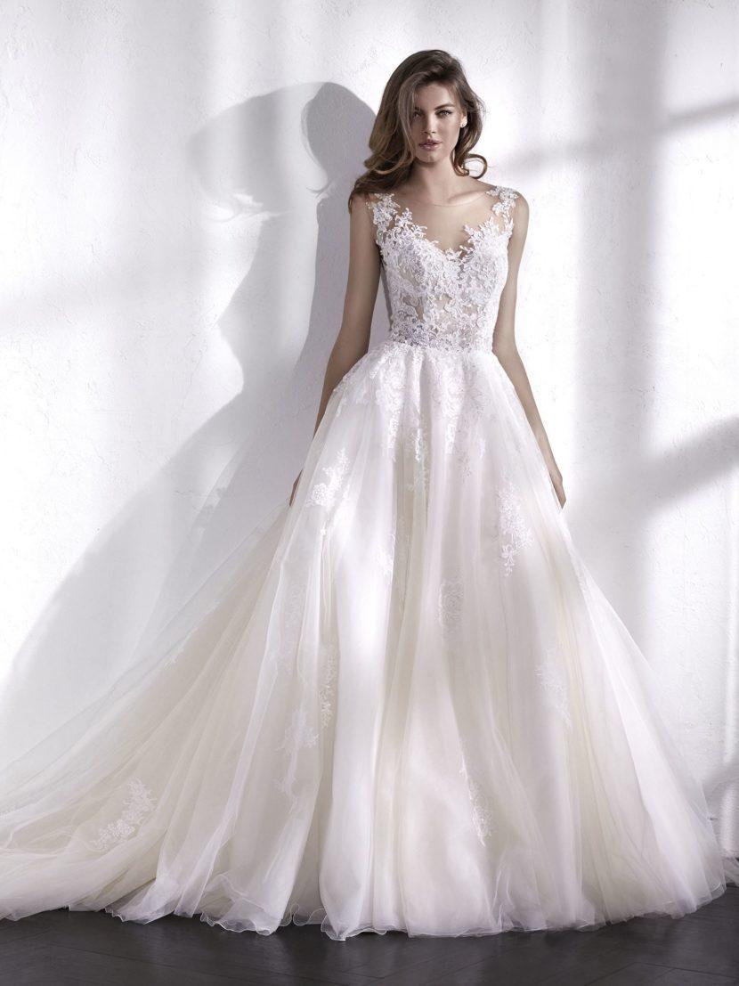Женственное свадебное платье с пышной юбкой и кружевным декором верха.