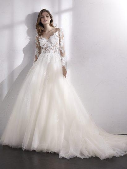 Очаровательное свадебное платье с бальным силуэтом сочетает в себе элегантность очень пышной юбки с чувственным настроением корсета. Верх создан из полупрозрачного тюля, декорированного вышивкой нитью и бисером. Тонкая ткань создает впечатление, что кружевные аппликации располагаются прямо на коже. Свадебное платье дополняется съемной подкладкой для корсета – можно сделать его непрозрачным.