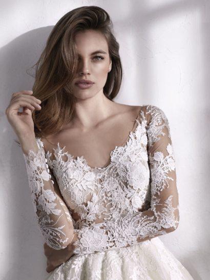 Бальное свадебное платье с полупрозрачным верхом с длинным рукавом.