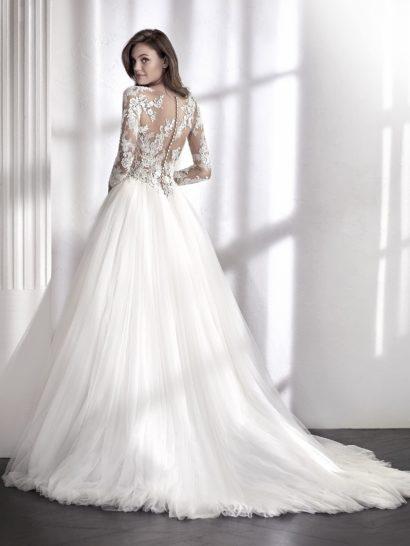 Бальное свадебное платье с длинным рукавом и кружевной отделкой.