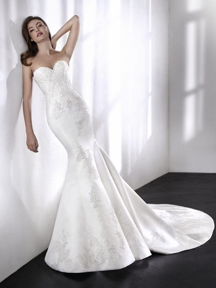 Соблазнительное свадебное платье облегающего кроя с открытым верхом.