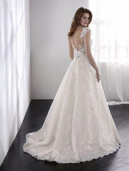 Нежное свадебное платье бального силуэта с полупрозрачным верхом.
