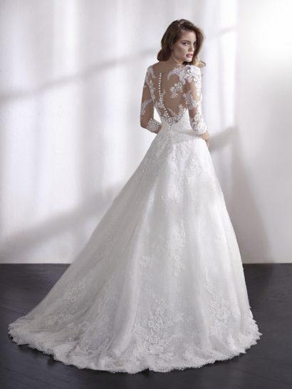 Пышное свадебное платье с полупрозрачным лифом и рукавом в три четверти.
