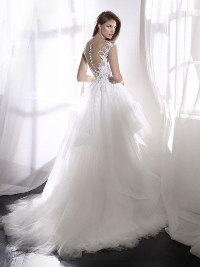 Пышное свадебное платье с V-образным вырезом и полупрозрачным верхом.