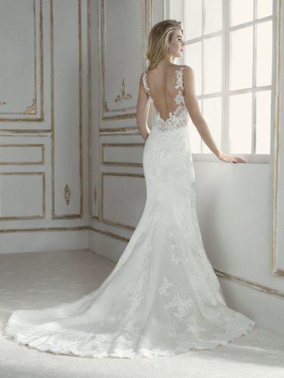 Облегающее свадебное платье с чувственным полупрозрачным верхом.