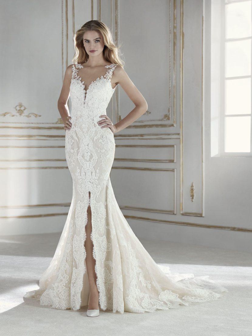 Свадебное платье «русалка» с открытой спинкой и кружевной отделкой.