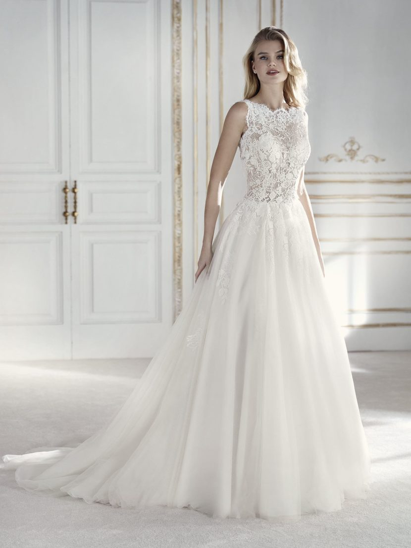 Бальное свадебное платье с кружевной отделкой и открытой спинкой.